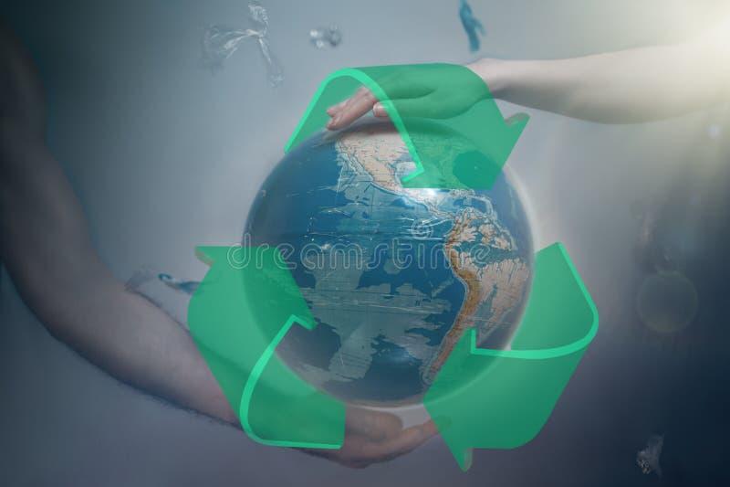 Le donne e le mani degli uomini sostengono il globo di pianeta Terra con il segno di riciclano Intorno ai detriti di plastica vol illustrazione vettoriale