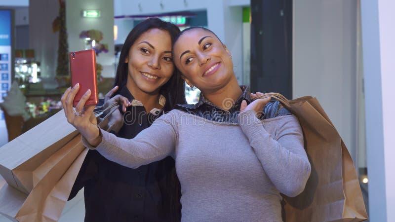 Le donne fanno il selfie con i sacchetti della spesa immagini stock libere da diritti