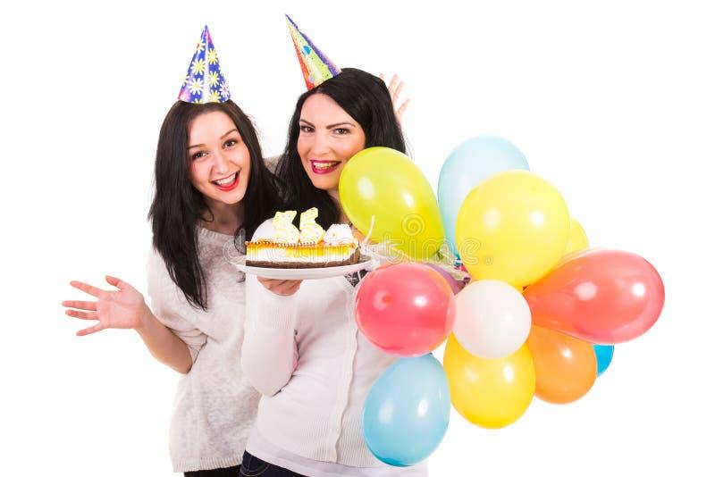 Le donne felici celebrano il compleanno fotografia stock libera da diritti