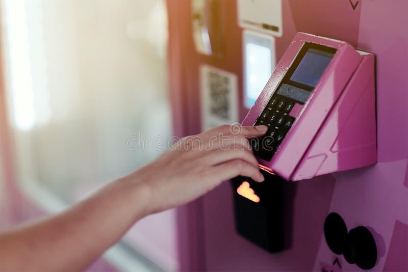 Le donne inseriscono la password per sbloccare la porta nella sua stanza fotografia stock