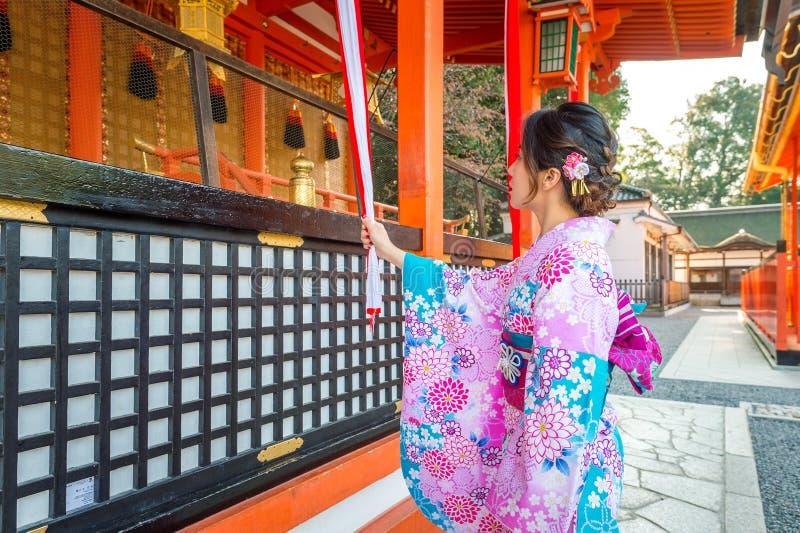 Le donne in kimono giapponesi tradizionali a Fushimi Inari shrine a Kyoto, Giappone fotografia stock libera da diritti