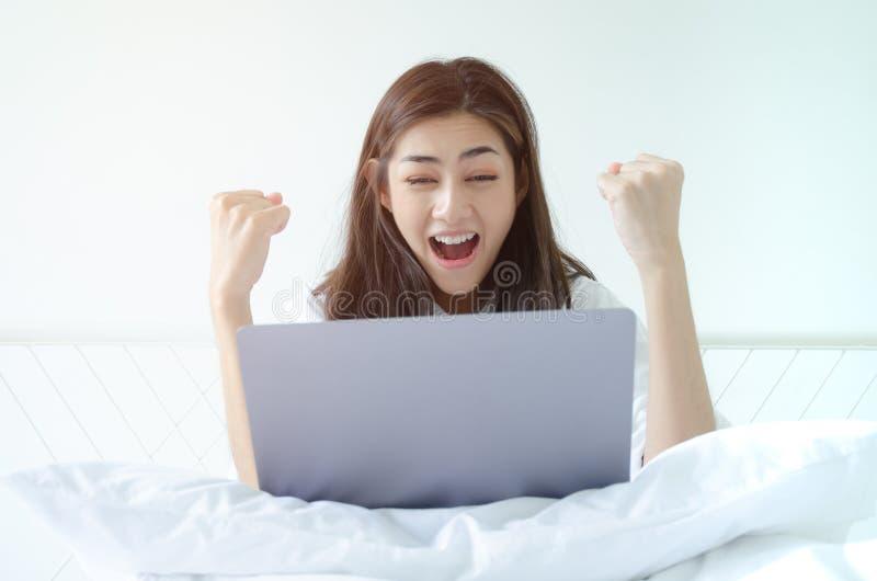 Le donne lavorano e sono felici fotografia stock