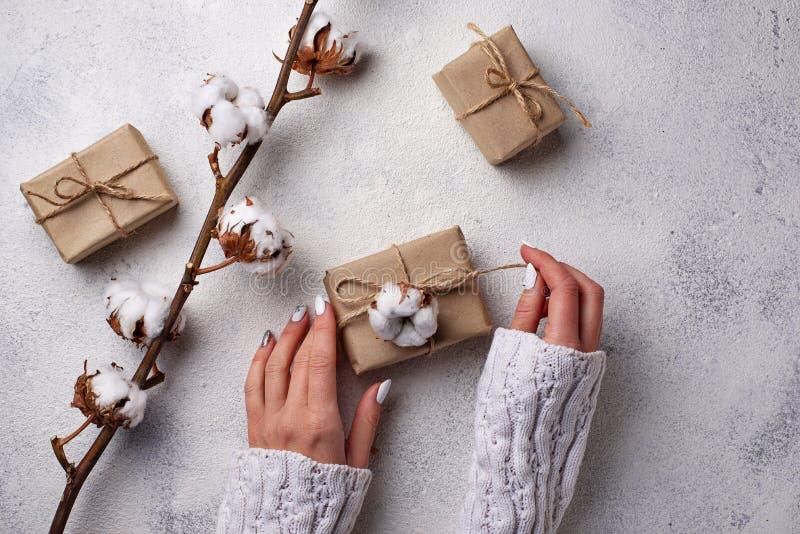 Le donne passano lo spostamento dei contenitori di regali in carta del mestiere immagini stock libere da diritti