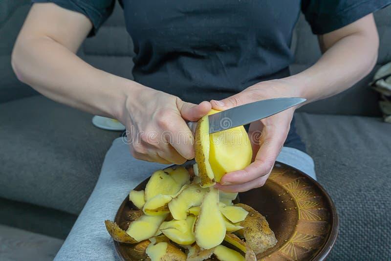 Le donne pelano le patate immagini stock libere da diritti