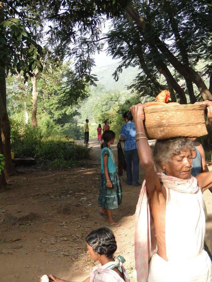 Le donne portano le merci sulle loro teste fotografia stock libera da diritti