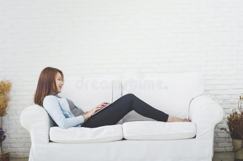 Le donne sono lavoranti e felici immagini stock