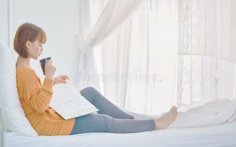 Le donne sono libri di lettura nella stanza fotografia stock