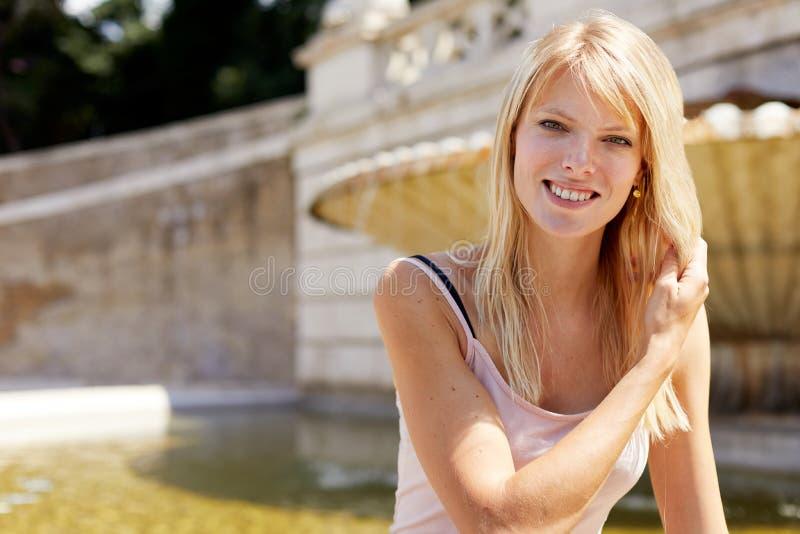 Le donne sorridenti hanno messo l'esterno a sedere in piazza del popolo fotografia stock libera da diritti