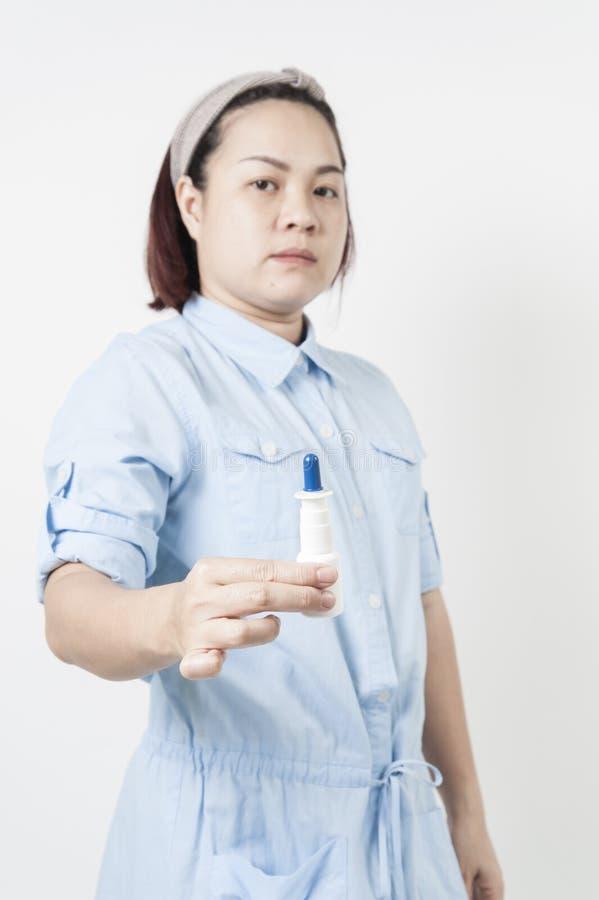 Le donne spruzzano in nasale fotografie stock