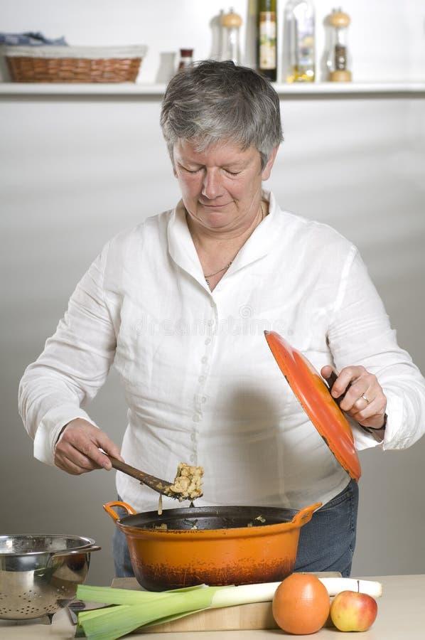 Le donne sta cucinando l'alimento fotografia stock libera da diritti