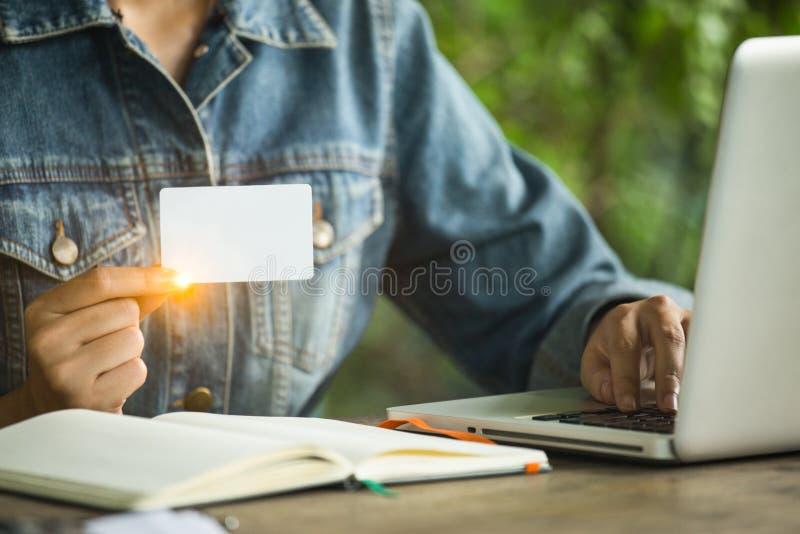 Le donne sta tenendo il biglietto da visita bianco per gli impianti del contatto fotografie stock libere da diritti