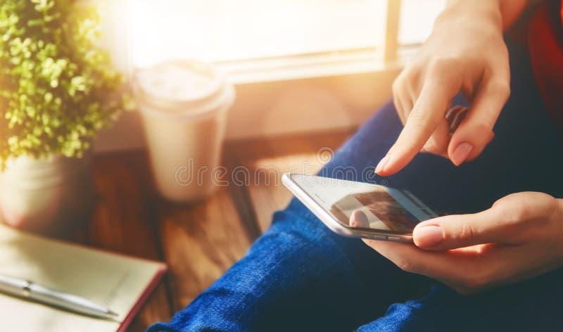 Le donne sta utilizzando il telefono fotografie stock libere da diritti