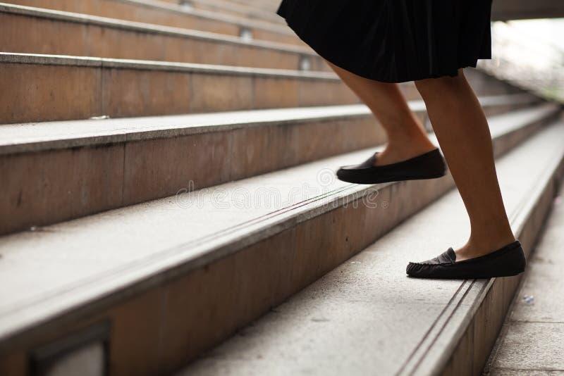 Le donne stanno alzando la scaletta. immagine stock libera da diritti