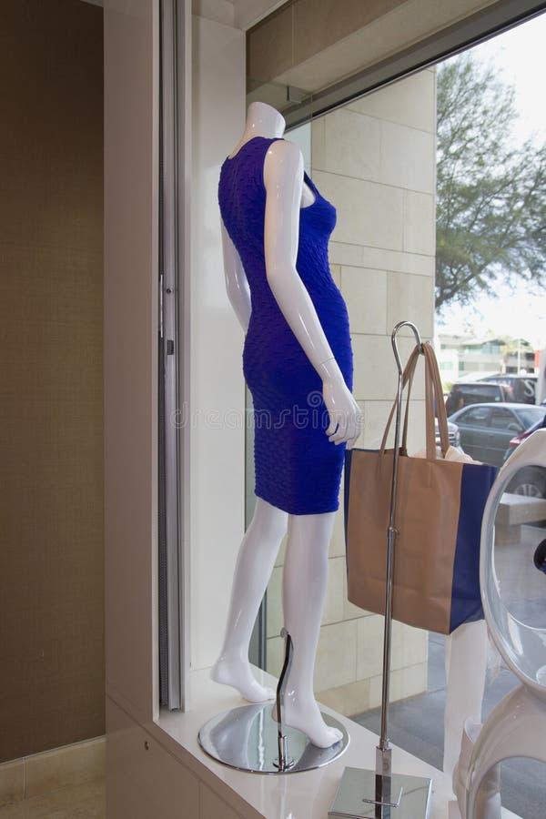Le donne vendono al dettaglio la finestra di deposito del boutique dell'abbigliamento immagini stock libere da diritti