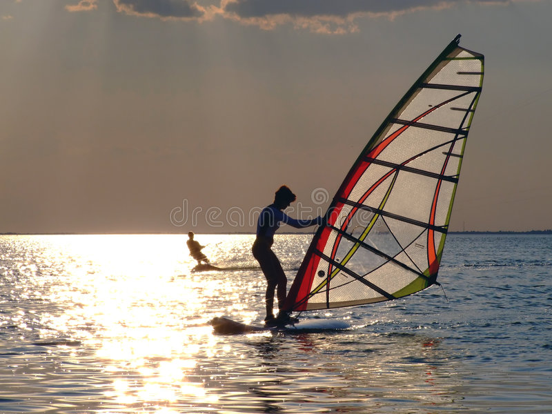 Le donne windsurfing immagine stock