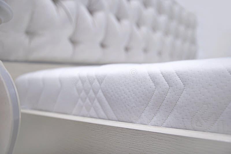 Le dos est un lit en bois avec le martsam sur les ressorts et les flocons indépendants de noix de coco, un meuble et l'intérieur images libres de droits