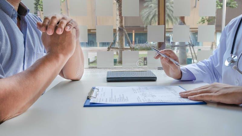 Le dottoresse che trattano i pazienti hanno preso appuntamento per ascoltare i risultati dopo un esame fisico e spiegare le ragio fotografia stock libera da diritti