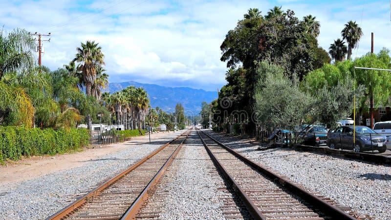 Le double train routier de voie ferrée dépiste le point de disparaition de perspective images stock