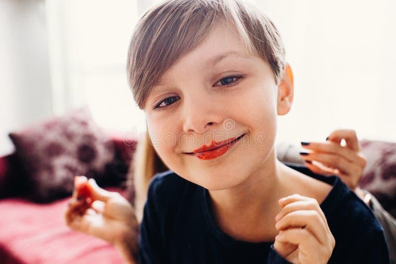 Le doux a focalisé la vue d'un garçon mignon avec les lèvres peintes d'un clown photos libres de droits