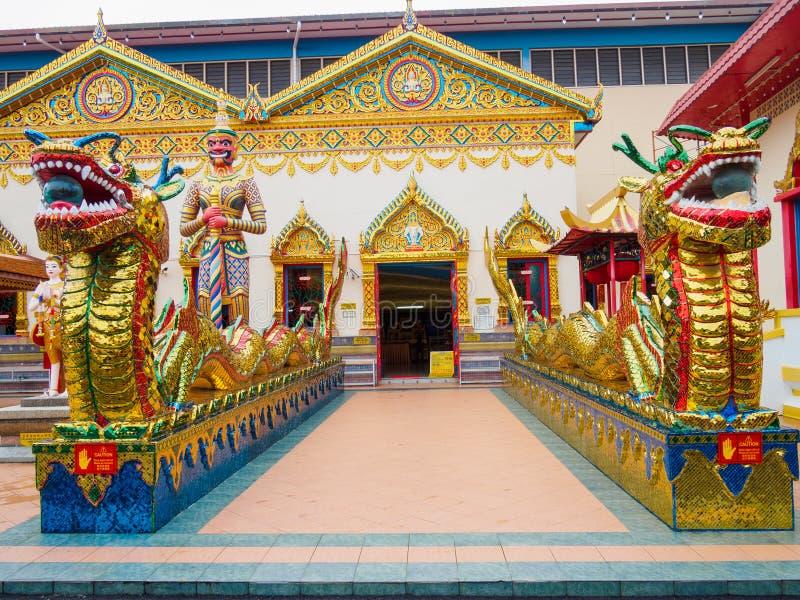 Le dragon chinois de dragon thaïlandais au temple public qui a créé avec l'argent donné par des personnes à l'artiste de location images libres de droits