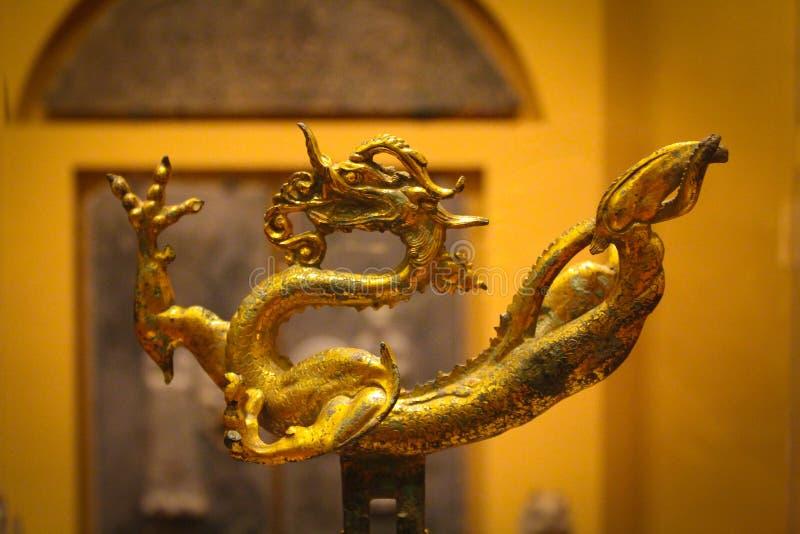 Le dragon d'or chinois au musée Nelson Atkins images libres de droits