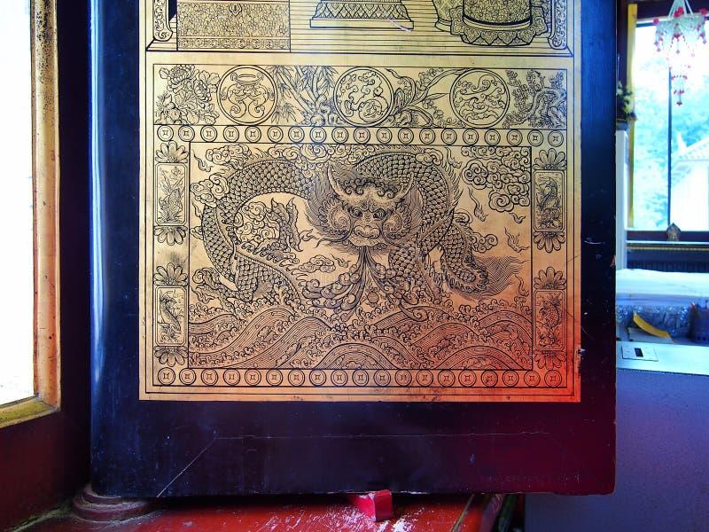 Le dragon d'or dans le temple antique thaïlandais images libres de droits