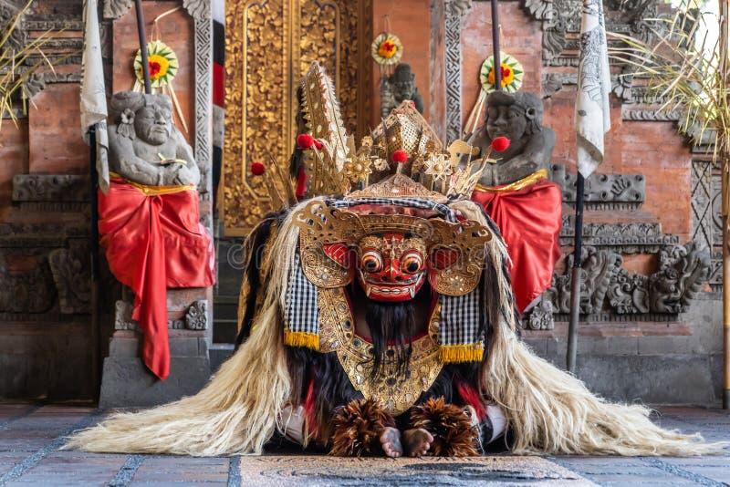 Le dragon se l?ve au studio de danse de Sahadewa Barong dans Banjar Gelulung, Bali Indon?sie photographie stock libre de droits