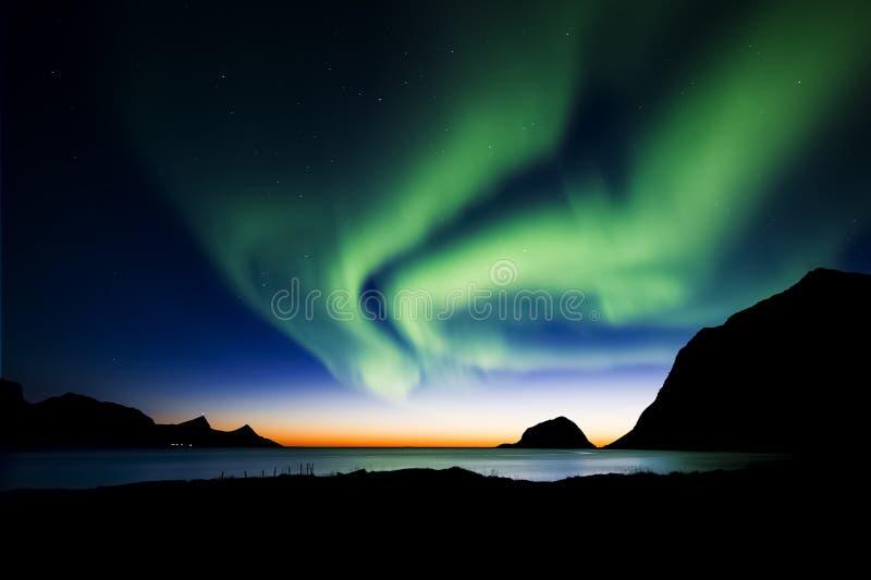 Le dragon vert - Madame Aurora Lumière du nord et coucher du soleil photo stock