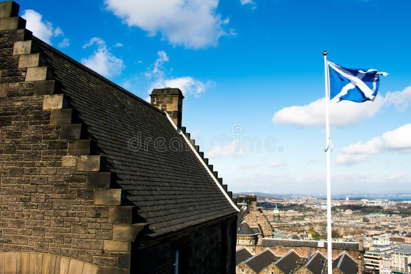 Le drapeau écossais dans le vent, regardant du château d'Edimbourg photographie stock