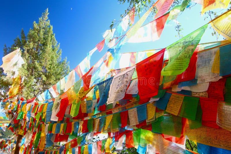 Le drapeau coloré de prière chez Shangri-La, autrefois connu sous le nom de comté de Zhongdian, est la capitale de la préfecture  photographie stock