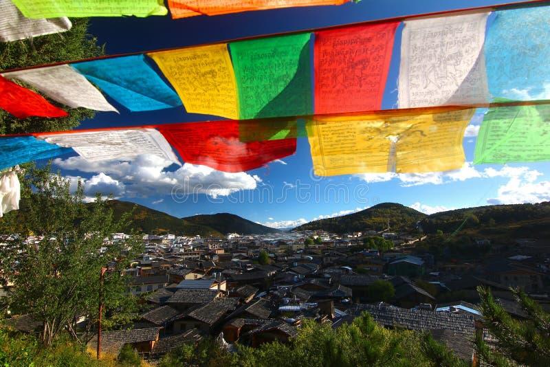Le drapeau coloré de prière chez Shangri-La, autrefois connu sous le nom de comté de Zhongdian, est la capitale de la préfecture  photo libre de droits