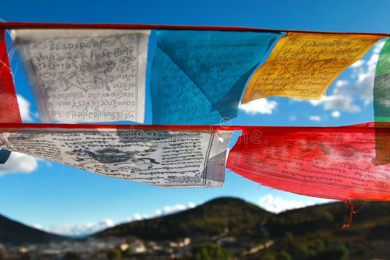 Le drapeau coloré de prière chez Shangri-La, autrefois connu sous le nom de comté de Zhongdian, est la capitale de la préfecture  photographie stock libre de droits