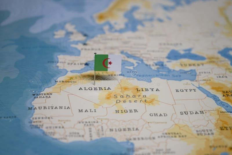 Le drapeau de l'Algérie dans la carte du monde photographie stock
