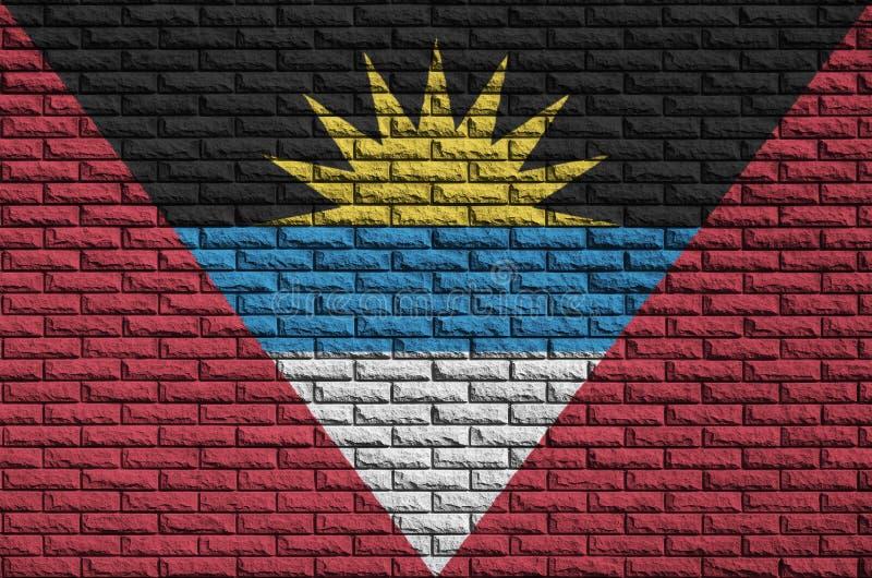 Le drapeau de l'Antigua-et-Barbuda est peint sur un vieux mur de briques illustration libre de droits
