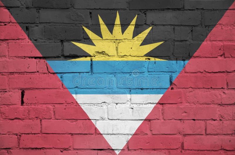 Le drapeau de l'Antigua-et-Barbuda est peint sur un vieux mur de briques illustration stock
