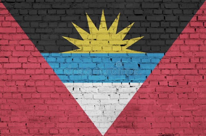 Le drapeau de l'Antigua-et-Barbuda est peint sur un vieux mur de briques illustration de vecteur