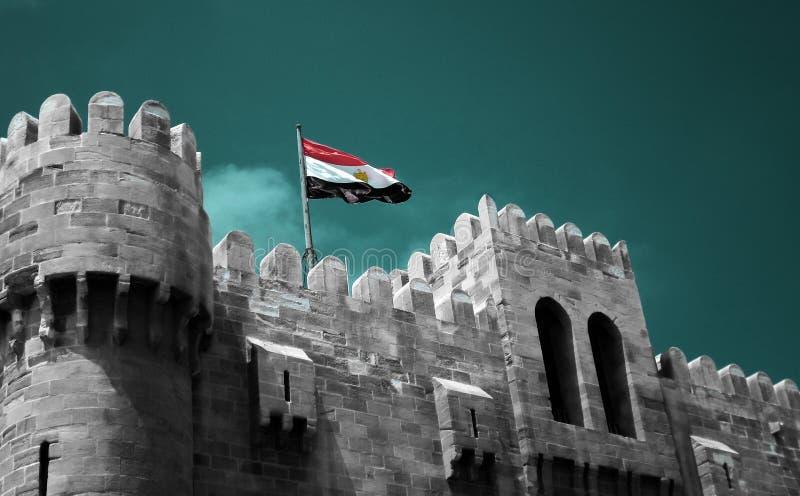 Le drapeau de l'Egypte volant au-dessus de la citadelle de Qaitbay photo libre de droits