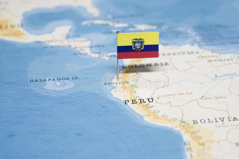 Le drapeau de l'Equateur dans la carte du monde photographie stock