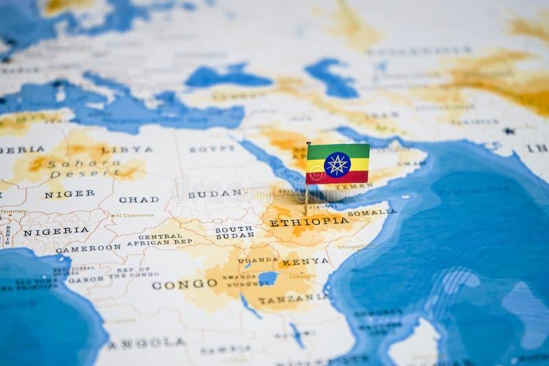 Le drapeau de l'Ethiopie dans la carte du monde images libres de droits