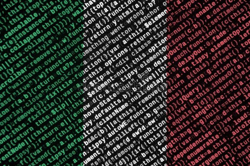 Le drapeau de l'Italie est dépeint sur l'écran avec le code de programme Le concept de la technologie et du développement de site photos stock