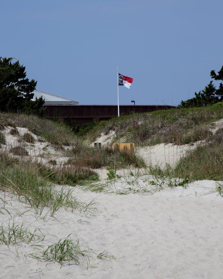 Le drapeau de la Caroline du Nord vole au-dessus du fort Macon photos stock