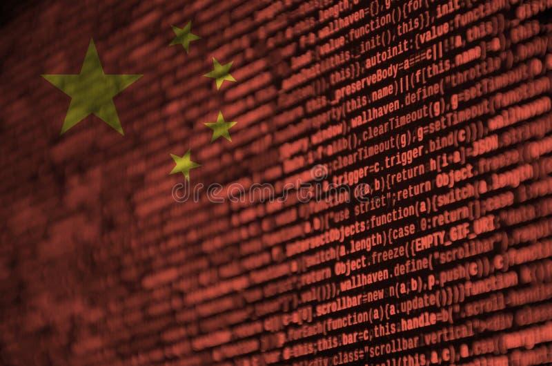 Le drapeau de la Chine est dépeint sur l'écran avec le code de programme Le concept de la technologie et du développement de site photographie stock libre de droits