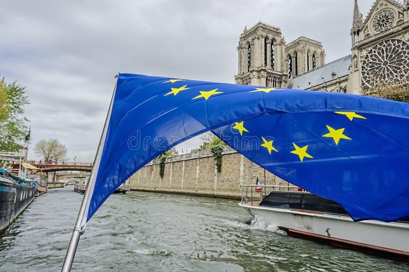 Le drapeau de la Communauté européenne au-dessus de la Seine photos stock