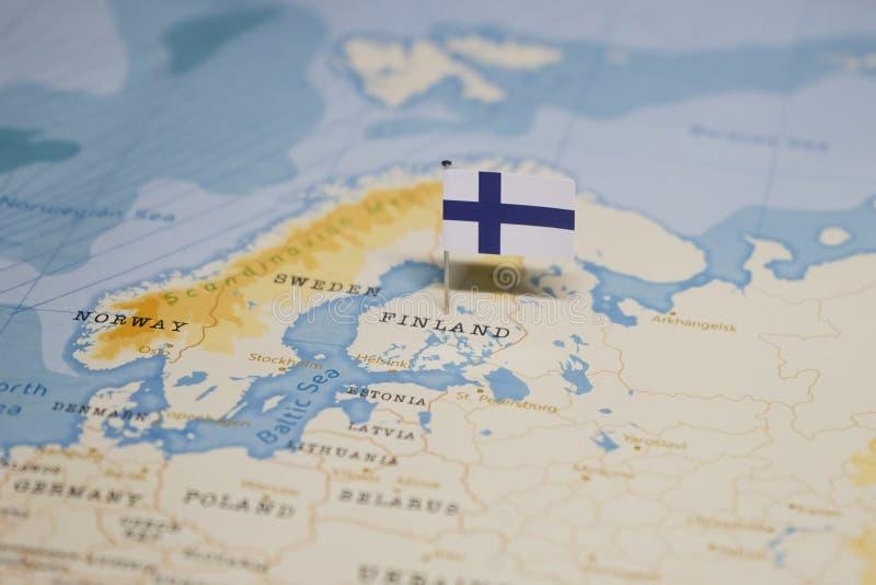 Le drapeau de la Finlande dans la carte du monde photo libre de droits