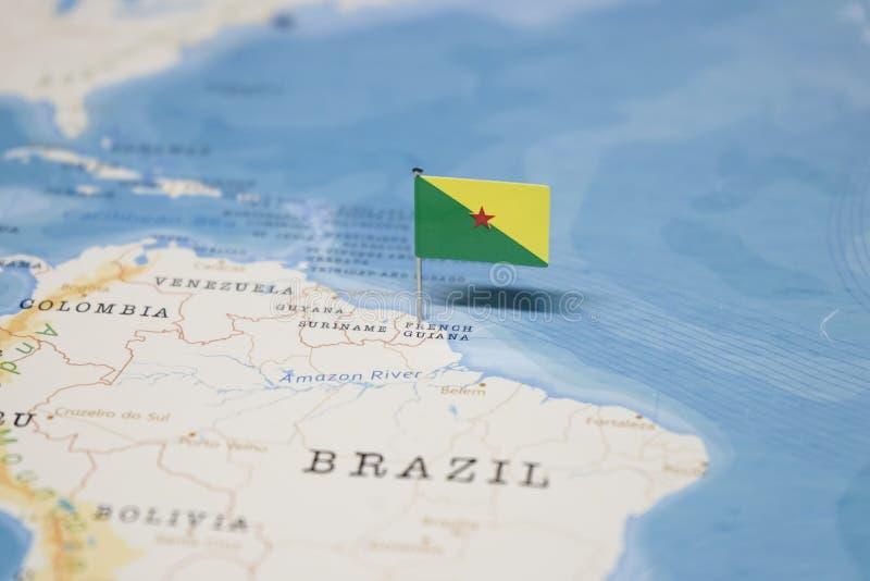 Le drapeau de la Guyane française française dans la carte du monde photos libres de droits