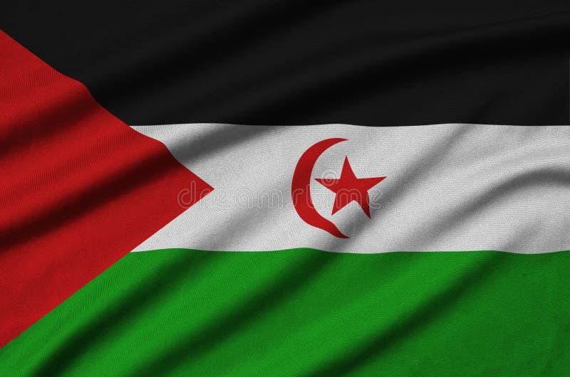 Le drapeau de la Sahara occidental est dépeint sur un tissu de tissu de sports avec beaucoup de plis Bannière d'équipe de sport illustration libre de droits
