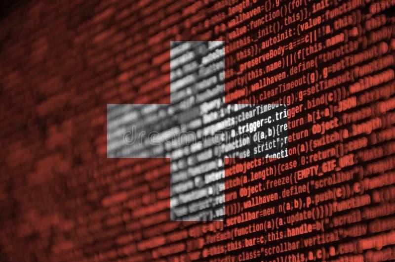 Le drapeau de la Suisse est dépeint sur l'écran avec le code de programme Le concept de la technologie et du développement de sit photos stock