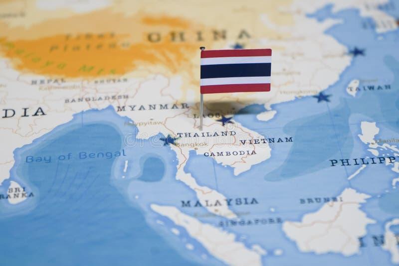 Le drapeau de la Thaïlande dans la carte du monde photos stock