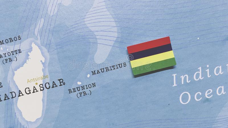 Le Drapeau de Maurice sur la carte mondiale image stock