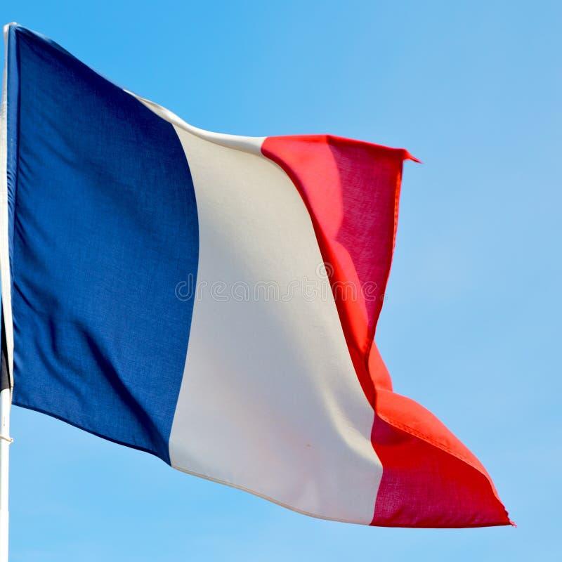 le drapeau de ondulation français dans les Frances de ciel bleu colorent et ondulent image libre de droits